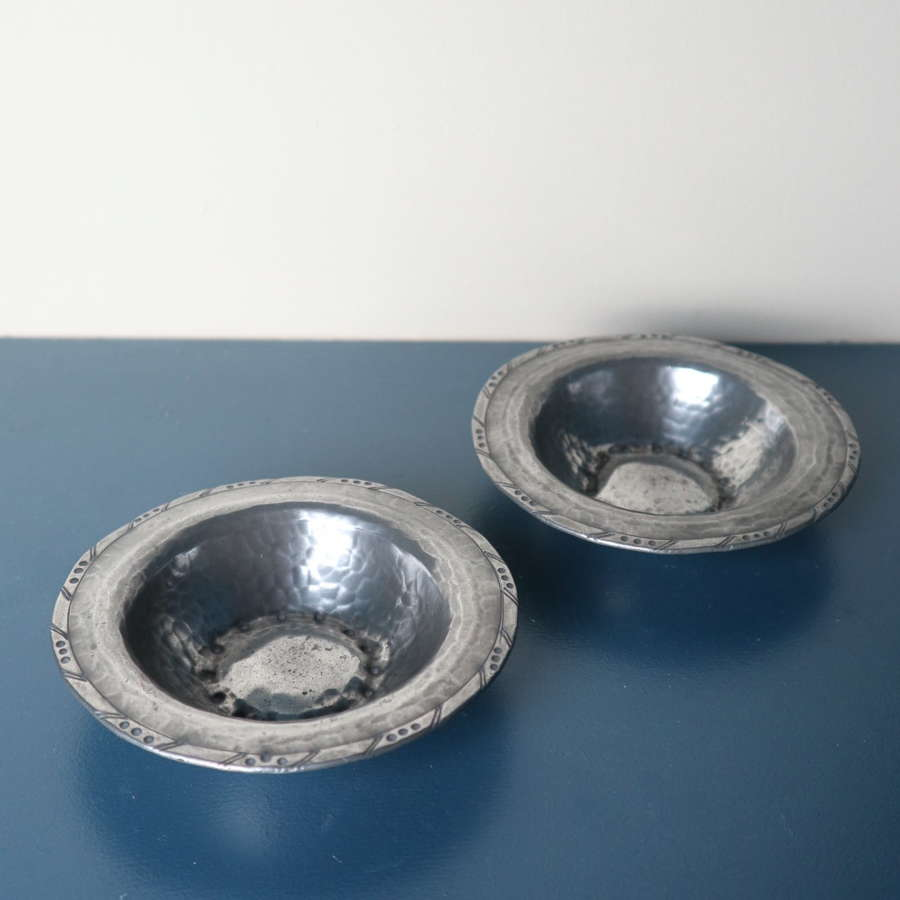 Arts & Crafts Hugh Wallis Pair of hammered pewter dishes c.1910-25.