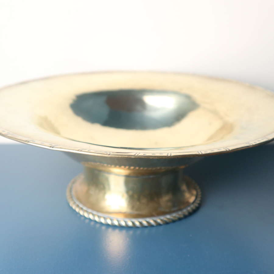 Arts & Crafts, Hugh Wallis hand hammered brass bowl / taza c.1912