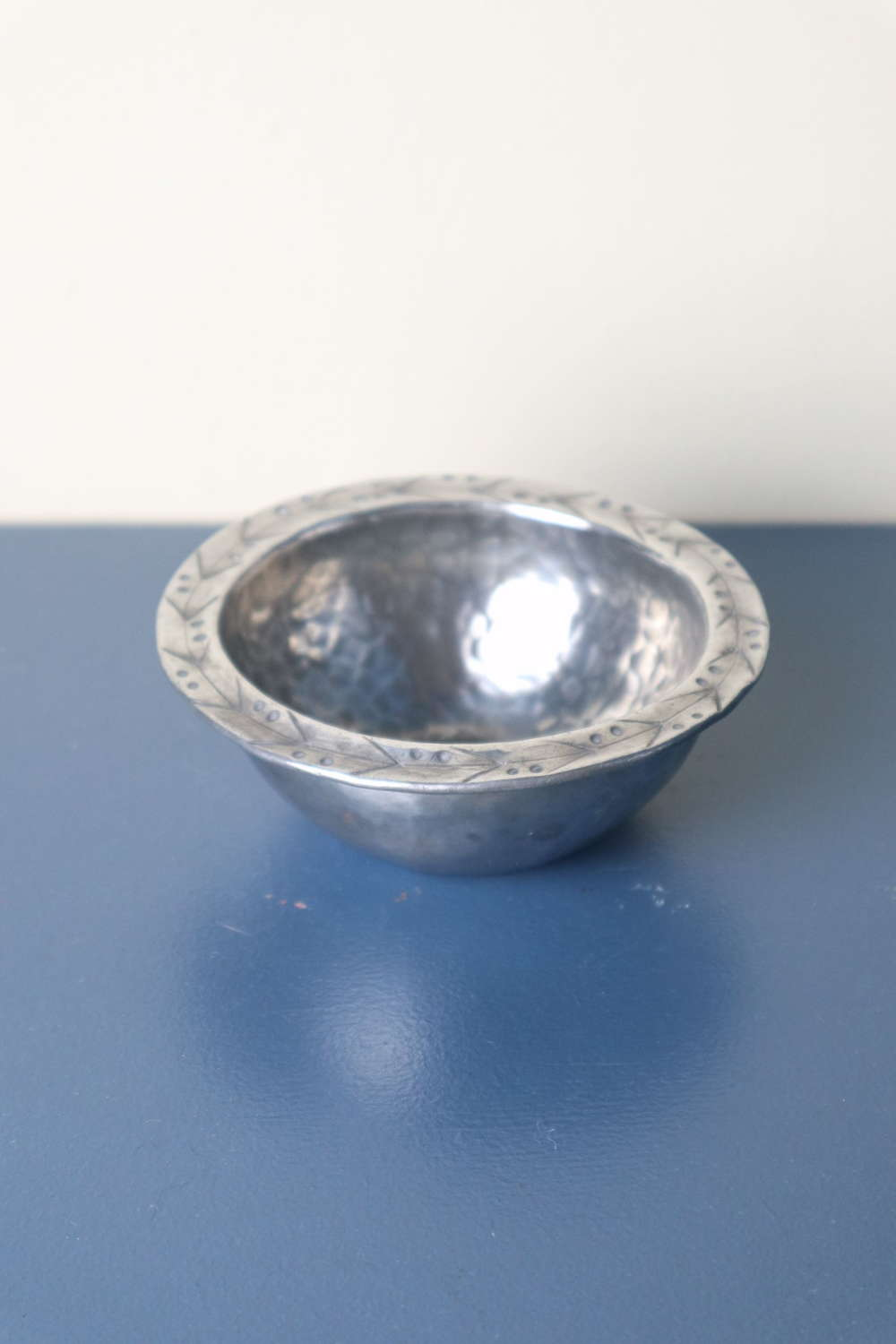 Arts & Crafts Hugh Wallis hammered pewter dished bowl c.1900-1910.